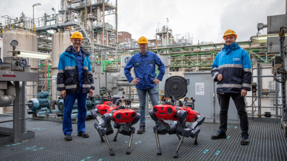 Group photo of BASF plant operators and ANYmal inspection robots